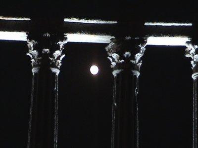 Templo romano à noite, Évora - foto de José Semelhe, Agosto de 2003